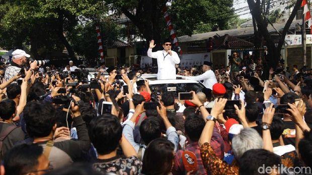 Prabowo dengan orasi khasnya di atas mobil Lexus