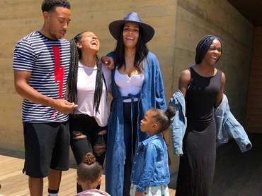 Ludacris menikah dengan model Gabon, Eudoxie Mbouguiengue, sejak tahun 2014. Lihat, keluarga mereka kompak banget ya. (Foto: Instagram/eudoxie)