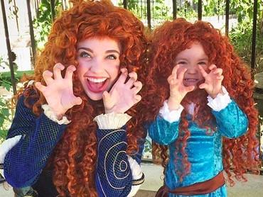 Nggak cuma pakaian, aksesoris seperti rambut juga bikin Riley mirip banget sama tokoh Merida di film Brave kan? (Foto: Instagram/ @randomly_riley)