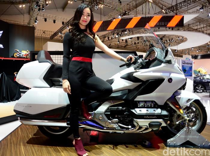 Gadis Honda di GIIAS 2018 sanggup bikin para cowok gagal fokus. Para gadis ini berpose diantara moge baru berbasis Gold Wing model 2018.