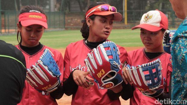 Syehan Hana Rahmani, atlet timnas sofbol putri (tengah) siap tampil di Asian Games 2018.