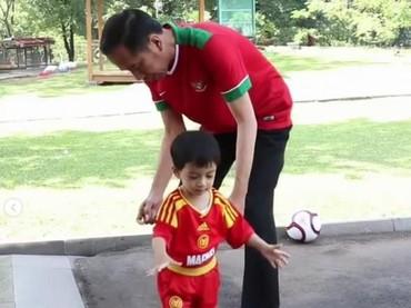 Jokowi bersama Jan Ethes bermain bola bareng nih. Serunya! (Foto: Instagram @jokowi)