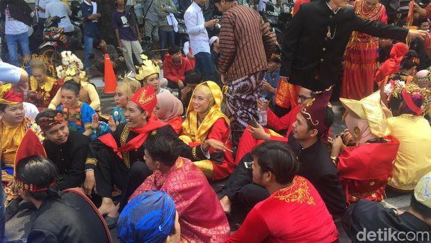 Aksi Massa Pro Jokowi di KPU: Berpakaian Adat dan Mainkan Gamelan