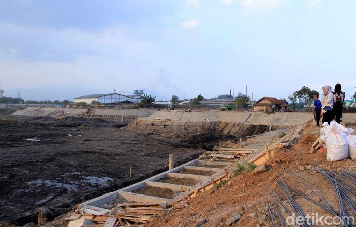Penampakan terkini pembangunan kolam retensi di Kampung Cieunteung, Baleendah, Kabupaten Bandung, Jumat (10/8/2018).
