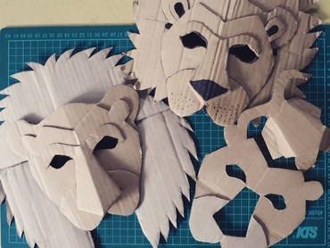 Topeng-topeng binatang ini juga terbuat dari kardus lho. (Foto: Instagram @maliyanti)