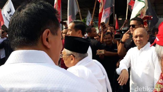 Kepala Staf Kepresidenan Moeldoko serta Koordinator Staf Khusus Presiden Teten Masduki terlihat ada di dalam rombongan