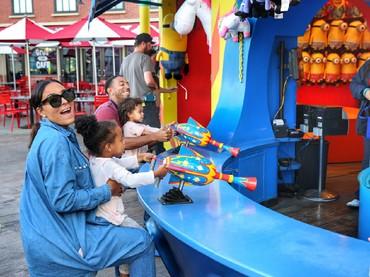 Quality time seru ala Ludacris: main bareng sama si kecil di taman bermain. (Foto: Instagram/ludacris)
