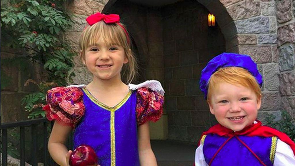 Totalitas! Bocah Ini ke Disneyland Pakai Kostum Tokoh Disney