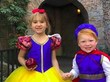 Aih, ada Snow White dan Prince Charming cilik nih. Super gemas! (Foto: Instagram/ @randomly_riley)