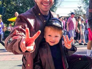 Penggemar film Guardians of the Galaxy pasti tahu nih Liam jadi siapa? Yap, ini dia Liam si mini Starlord. He-he-he. (Foto: Instagram/ @randomly_riley)