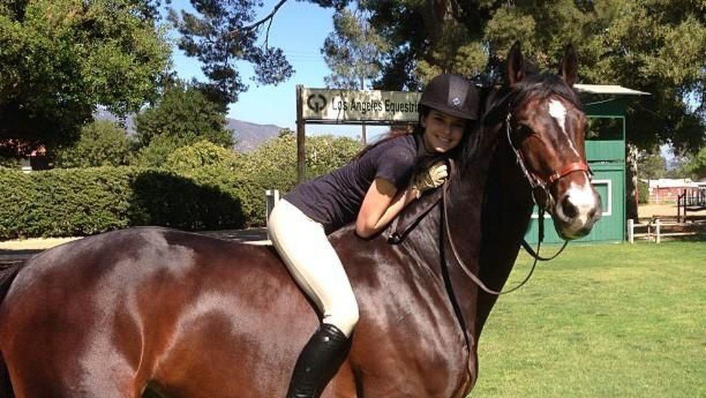 Seksinya Kendall Jenner Saat Menunggangi Kuda, Sporty Abis!