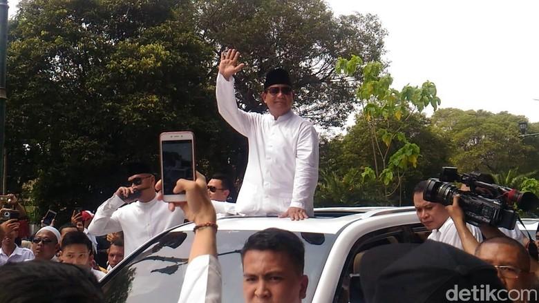Prabowo sapa pendukung lewat sunroof mobil. Foto: Samsudhuha Wildansyah/detikcom