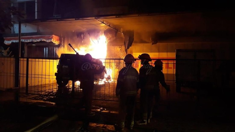 Kebakaran Bengkel 5 Orang Terjebak Dan Mobil Rubicon Terbakar