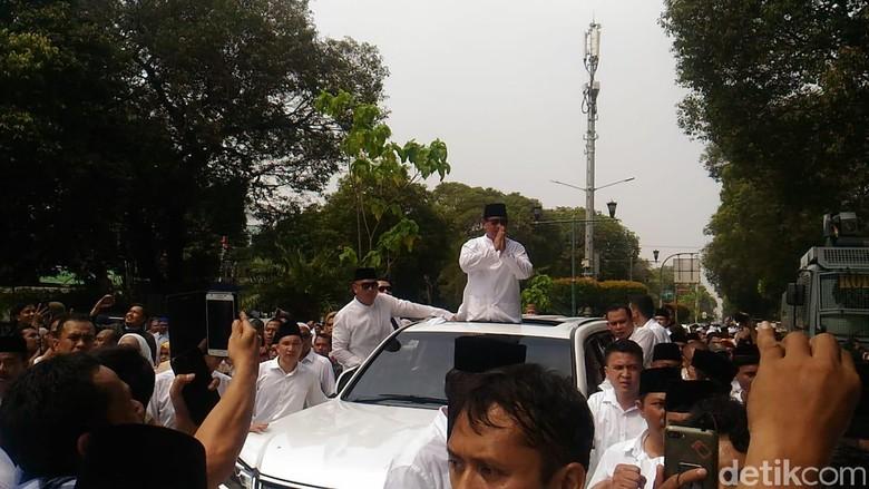 Prabowo keluar sunroof saat menuju KPU. Foto: Samsudhuha Wildansyah/detikcom