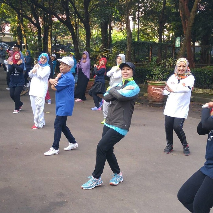 Sama seperti suaminya, Mpok Nur juga senang olahraga nih ternyata. (Foto: Instagram/nurasiauno)