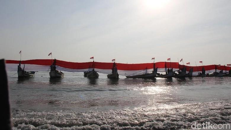 Sambut  Kemerdekaan, Bendera 200 Meter Dibentangkan di Atas Laut