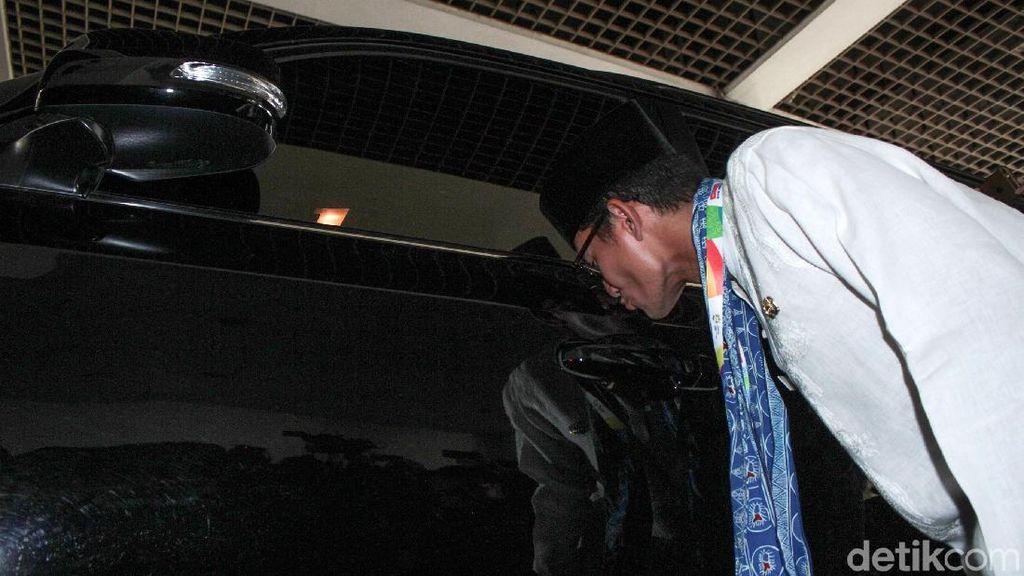 Terharu, Sandiaga Uno Pamitan Cium Mobil Dinas Land Cruiser