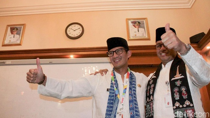 Sandiaga Uno menemui Gubernur DKI Jakarta Anies Baswedan di Balai Kota, Jakarta. Sandi menghadap untuk menyerahkan surat pengunduran diri.