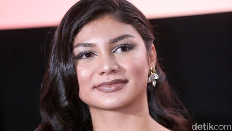 Jihane Almira saat gala premiere film Doa.