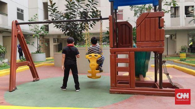 Dua anak bermain di taman tower Falamboyan, Kalibata City, Kamis (9/8).