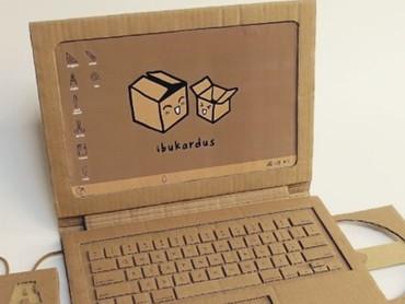 Yuk, ketak-ketik dulu pakai laptop dari kardus. Asyik ya bisa dijadikan alat untuk bermain peran. (Foto: Instagram @maliyanti)