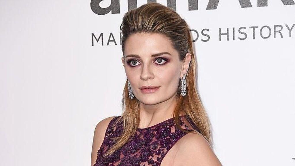 Duh! Artis Hollywood Ini Pernah Pakai Tas Chanel KW di Serial TV