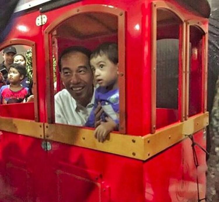 Jokowi jalan-jalan naik kereta mainan bersama Jan Ethes di Paragon Mall Solo. Tut-tut! (Foto: Instagram @jokowi)
