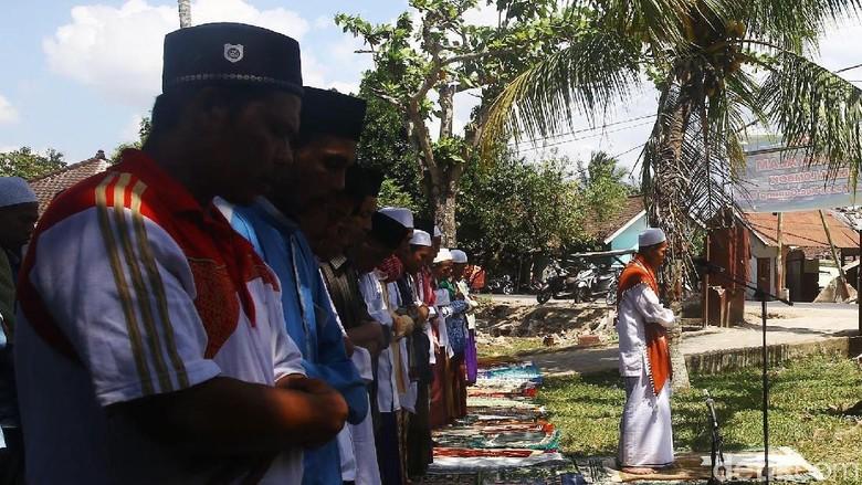 Masjid Rusak Akibat Gempa, Warga Lombok Salat di Halaman