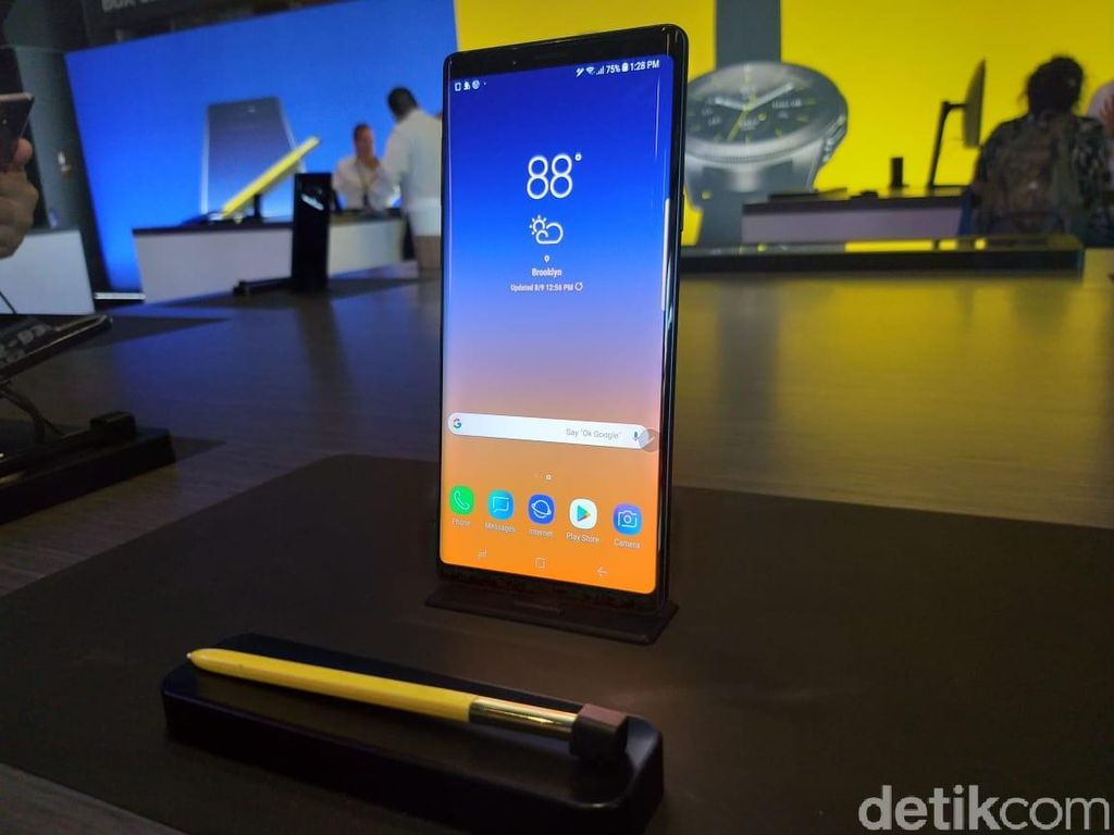 Galaxy Note 9 hadir dengan frame alumunium. Bagian depan dan belakang berlapis kaca dan dilindungi Gorilla Glass 5. Foto: detikINET/Meliyanti Setyorini