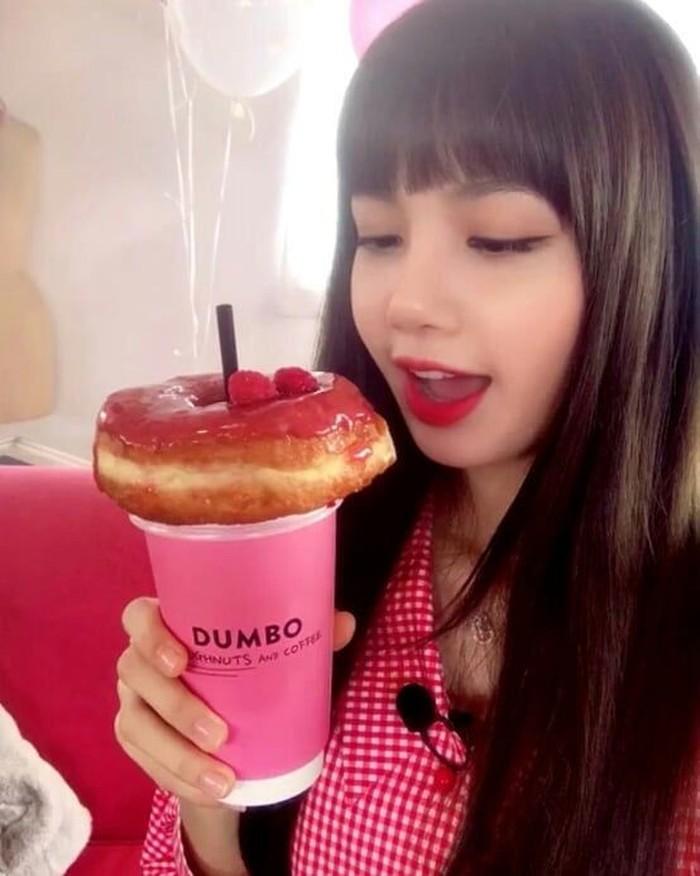 Lisa baru saja berkunjung ke Indonesia, fans gadis Korea ini ternyata sangat banyak. Lewat instagram, ia memamerkan foto saat minum segelas kopi dan donat manis. Foto: instagram @lisa.blackpink