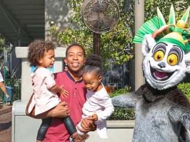 Si ayah sudah senyum, si kecil malah cranky. Ya, gini deh kalau foto sama anak-anak. He-he. (Foto: Instagram/ludacris)