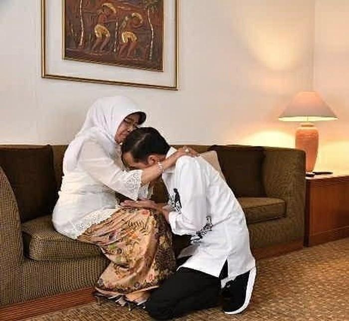 Jokowi Sungkem dan Minta Doa Ibu Sebelum Daftar Capres