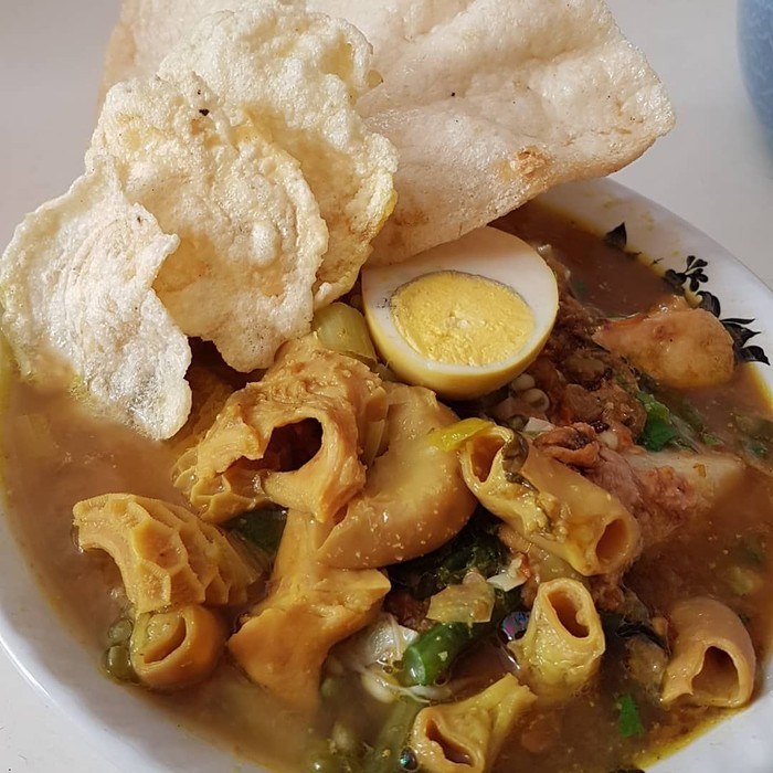 Rujak soto merupakan kuliner yang wajib dicoba ketika berada di Banyuwangi. Kalau @eddy.9un memilih potongan babat dan lontong ke dalam menu rujak sotonya. Foto: Instagram