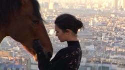 Berkuda memang masih belum banyak digemari orang. Meski demikian, model seksi Kendall Jenner sudah belajar naik kuda sejak usianya 10 tahun lho.
