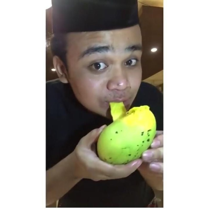 Pria asal Medan ini menyebut dirinya sebagai Titisan Olga Syahputra dan Syahrini. Tanpa malu-malu, ia memposting berbagai aksinya saat makan. Tak ayal banyak gaya yang mencuri perhatian. Foto: instagram @fahrit_mufama_cetar