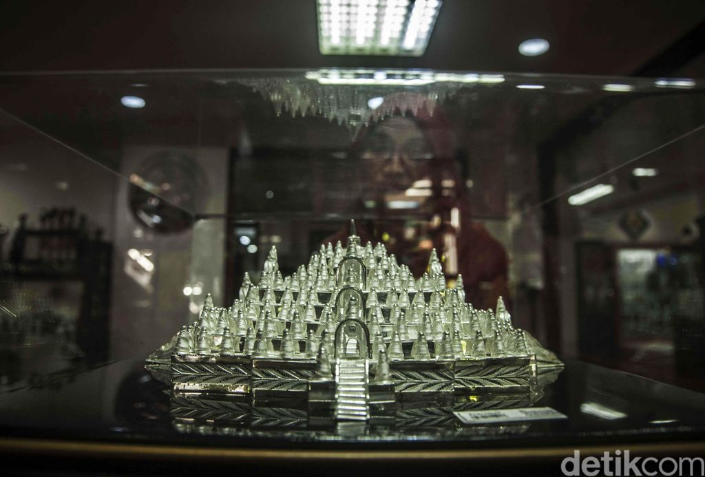 A woman look a silver craft shaped Borobudur temple  in Kota Gede, Yogyakarta, Indonesia, on August 22, 2016. Harto Suharjo silver craft was founded in 1953 and enthused by foreign tourist and sell to Turkey, Iran, Saudi Arabia and Greece with price IDR. 50.000 - IDR. 100 million for one piece(Photo by Pradita Utana/NurPhoto)