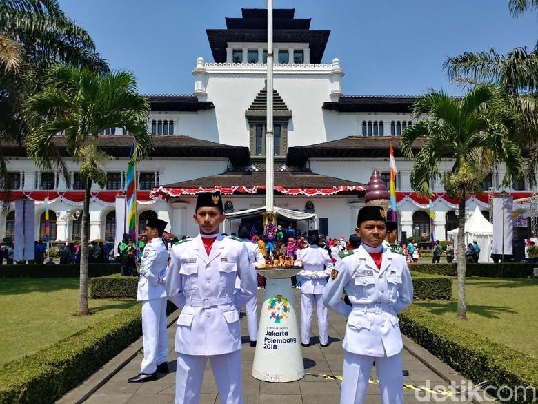 Usai Keliling Bandung, Api Asian Games Diinapkan di Gedung Sate