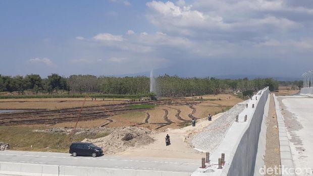 Semburan air tampak di Tol Ngawi-Mantingan/
