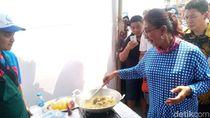 Susi Ikut Masak di Festival Muara Baru, Anies Asyik Mencicipi