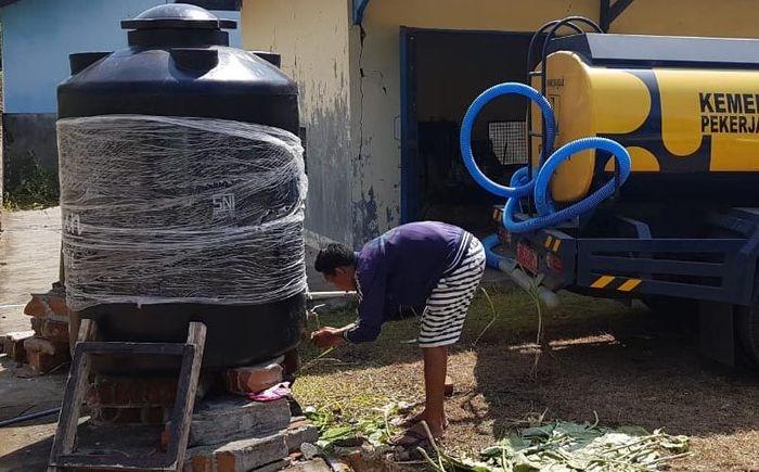 Sebanyak 15 sumur bor dan pompa air tanah (PAT) dengan kapasitas 15 - 20 liter/detik yang tersebar di sembilan desa di Kabupaten Lombok Timur dan Lombok Utara, Nusa Tenggara Barat berfungsi sebagai sumber air bersih para pengungsi korban gempa bumi di Pulau Lombok. Pool/Kementerian PUPR.