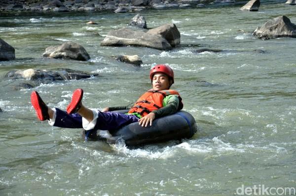 River tubing adalah kegiatan wisata menyusuri sungai naik ban. Di Wonosobo, wisatawan tak hanya santai-santai river tubing saja, tapi mereka juga diadu cepat sampai garis finish. (Dadang Hermansyah/detikcom)