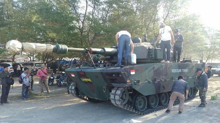 Tank medium hasil pengembangan bersama antara Pindad dan FNSS Turki diuji di pantai Kebumen, Jawa Tengah. Uji daya gerak tersebut dilakukan setelah sebelumnya uji ketahanan atas ledak ranjau juga telah dilakukan dengan hasil memuaskan.Foto: Rinto Heksantoro/detikcom