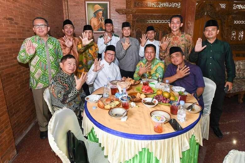 Sukses menjadi Ketum PPP yang ke-6, pria yang akrab disapa Romy ini memilih makan siang dengan menu soto Kudus bersama anggota PPP yang lain.Foto: Instagram @romahurmuziy