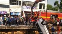 Sopir Masih Dicari, Mobil Nyemplung di Kali Glodok Bawa 2 Wanita
