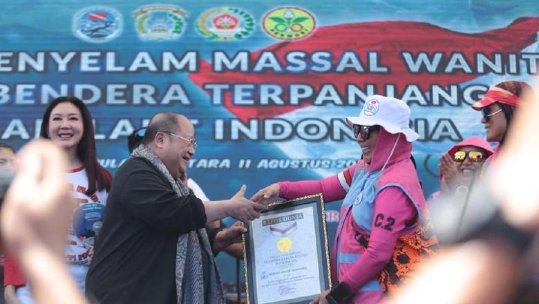 Foto: Wanita Selam Indonesia pecahkan rekor MURI (dok. Humas Polri)