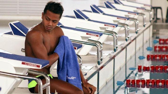 Siman Sudartawa seolah menjadi Superman saat di kolam renang. (Rengga Sancaya/detikSport)