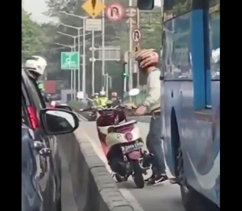 Viral Pemotor Masuk Busway Ditinggal Kabur Usai Bantu Pengendara Lain