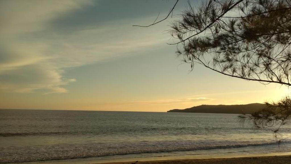 Terpesona Sejuknya Pantai Muaro Bantiang