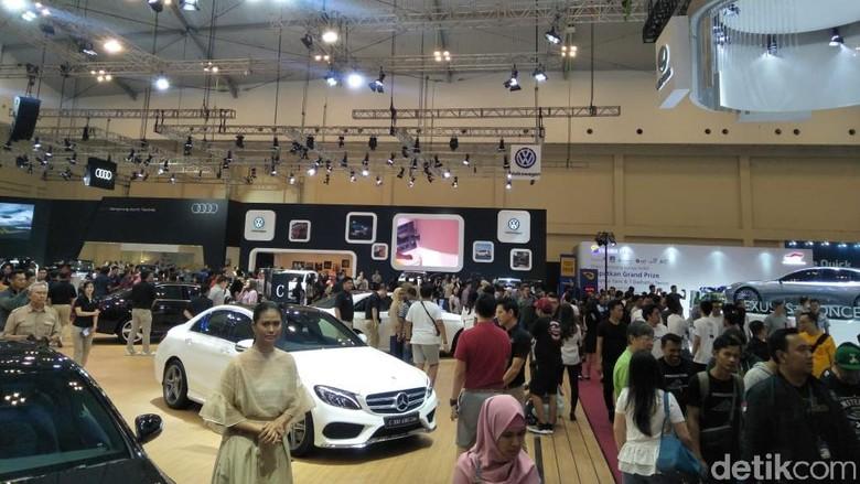 Suasana pameran mobil Foto: Ruly Kurniawan