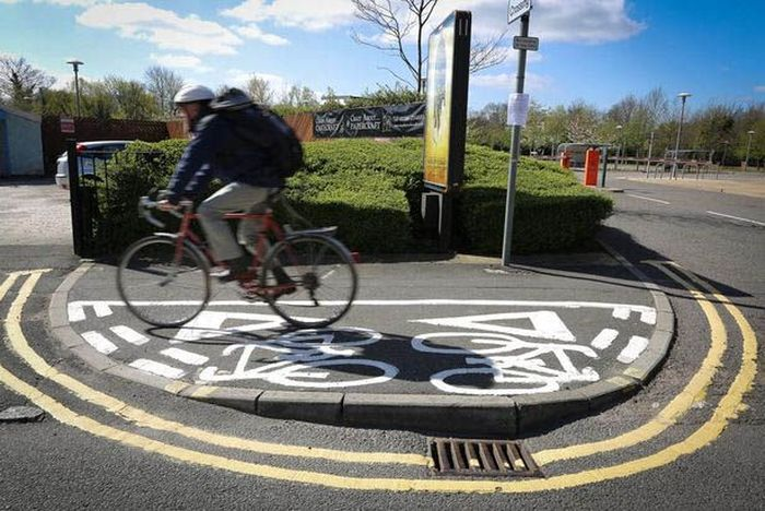 Jalur sepeda minimalis. Panjangnya hanya 4 meter. (Foto: mirror.co.uk/Ross Parry).